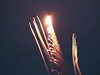 グングン動画。F-18(戦闘機)がフレアを放出しながら雲に突入するとカッコイイ