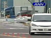迫り来る津波から猛スピードで逃げる一台の車。気仙沼市で撮影された津波