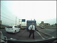 プリウスからヤクザが降りてきて怒鳴られた動画。これは気分が悪いドラレコ