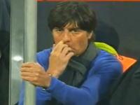 【W杯】ドイツの監督が試合中に鼻くそを食べて世界中に配信されるwww