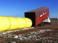 世界のお仕事。トレーラーに俵綿を積み込む方法と作られる過程が面白い。