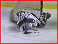 アイスホッケーの試合で選手の首から大流血する事故
