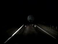 真っ暗な道路で無灯火の車両は動くトラップ。これは怖いドライブレコーダー
