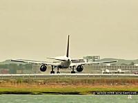 混雑する空港の滑走路を早送りで。ひっきりなしに離陸していく飛行機たち。