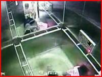 中国で恐ろしすぎるエラベーター事故 女性の足が挟まれたまま動き出す