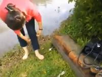 「靴を脱げば大丈夫よ」と冠水した道路を渡ろうとした女性が・・・。(ノ∀`)
