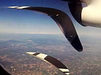 ニョイーン。ニョイーン。機内から飛行機のプロペラを撮影したらグニョイーン