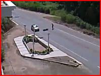 路上で屈んでいた人に走ってきたバイクが突っ込むショッキングな事故映像。