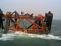 何が起きた。イランで作業員を乗せた石油リグが沈没してしまうビデオ。