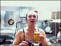 外人もビックリ。日本のオカマのビールジョッキ一気飲みが凄すぎw1秒以下
