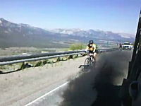 酷すぎ。山道を行く自転車にディーゼルの黒煙を浴びせて喜ぶ極悪トラッカー