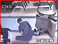 ネットカフェで一人の男性が複数の男たちからナイフでめった刺しされる映像