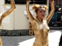 裸に金粉を纏った男女の舞 古屋市大須大道町人祭の金粉ショー