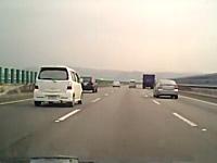 左から右。右から左。同時車線変更でビックリしてパニックハンドル⇒大破。