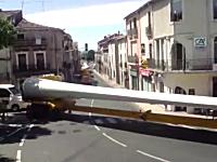 プロの運転技術。恐ろしく長い荷物を載せたトレーラーが狭いカーブを曲がる