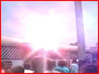 インド 電車の屋根に乗っていた男性が感電死する瞬間を捕らえたムービー