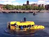 いつも街を走ってる市内観光用の水陸両用バスが今日は沈没してたwww