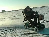 はええwww老人用スクーターを爆速に改造したった動画。ドリフト余裕です。