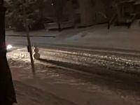 道路の真ん中に大きな雪だるまを置いて喜ぶ外人と空気を読んで蹴散らすバスw