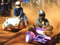 マシンは玩具でもヤル気は本物。子供用バギーでガチで競う大人たちの映像