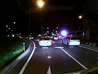夜道でフル加速し信じられない場所から追い抜きを行うセルシオの映像。