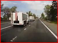 近づきすぎ・・・。追突を避けたトラックが対向車の大型トレーラーと正面衝突