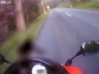 速度を出しすぎて急に現れたカーブに対処できなかったライダー。事故車載