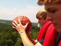 フリーフォールに乗りながらバスケットボールのエクストリーム・シュートやってみた