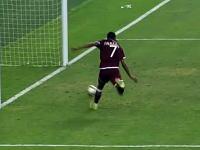 ゴールとの距離1.8メートルでシュートを外してしまったサッカー選手(´・ω・`)