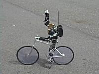 止まる時は足ブレーキ。自転車に乗った二足歩行ロボットがなかなか凄い。