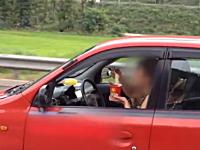 韓国で辛ラーメン?を食べながら運転している女性が撮影され話題に。