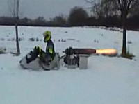 外人「雪が降って暇だったからソリにジェットエンジンを搭載してみました。」