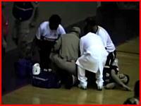 フットサルで滑り込んだ選手が死亡。床の一部が剥がれて腸に刺さるショッキングな事故