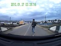 これは当たり屋なのか自殺なのか。車の前に飛び出した男が助走をつけて・・・。