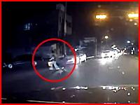 無理な横断をしようとした歩行者が車にはねられ撮影車に向かって飛んでくる