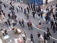 もはやロンドンの暴動は199X年レベル。走っているバイクを襲う暴徒たち動画