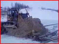 凍った川で作業していたブルドーザーが運転手を乗せたまま完全水没(@_@;)