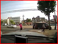 現金輸送車の扉を閉めようとしていた所に別の車が突っ込み男性が死亡。