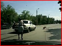 母親の目の前で5歳の少年がタクシーに跳ね飛ばされてしまう事故の映像。