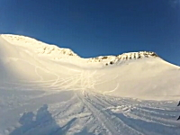 雪崩はえええ(@_@;)迫ってくる雪崩から必死で逃げるスノーモービルが・・・