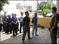 ブラジルの警官たちの手荒な訓練。催涙スプレーを身を持って体験してみる