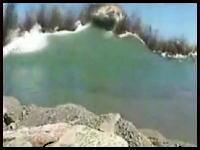 爆破によって水面が盛り上がる様子を捉えた衝撃のムービー