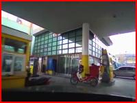 交差点を突っ切ってガソリンスタンドに突っ込む車のドラレコ映像と監視カメラ