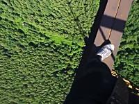 金○ひゅん動画。高所で遊ぶ少年視点の映像にガクブル・・・。おそロシア。