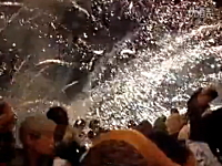 中国の花火大会で打ち上げられた花火が観客席で炸裂。負傷者100人以上