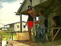 わずか14歳で身長が206cmになってしまった少女の映像。ブラジル