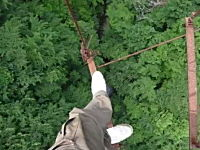 埼玉県某所に存在するという朽ち果てた恐怖の吊り橋を渡ってみた動画
