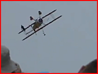 飛んでいる飛行機の翼の上に乗るスタント(女性)でショッキングな死亡事故。