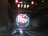 シドニーの交通局が設置した画期的な道路標識が凄い。道路上に立体表示