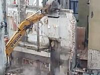 ちょwwwこれは酷いwwwトイレの壁が壊された!解体工事大失敗